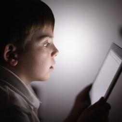 تاثیر نور موبایل و رایانه بر چشم